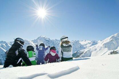 Sciare nell'area vacanze Ortles con vista sull'Ortles, la montagna più alta dell'Alto Adige.