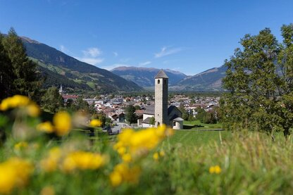 Le village de Prato allo Stelvio et l'église romane Saint-Jean