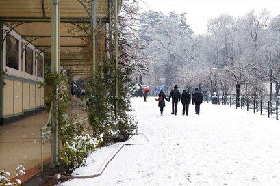 Zimní turistika na promenádě u řeky Passer